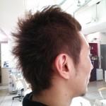 【メンズスタイル】前髪だけの七三分けで顔回りすっきりスタイル